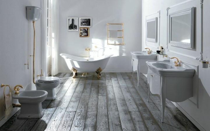 Белая ванная с деревянным полом