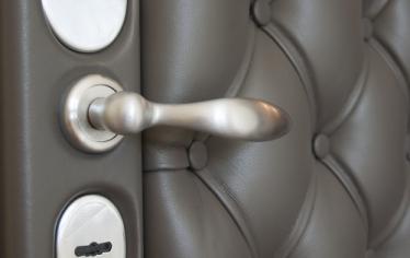 Обивка входных дверей: способы отделки своими руками