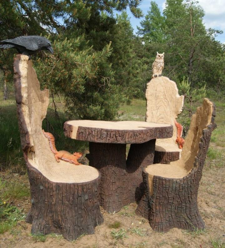 Стол и стулья с высокими спинками из дерева