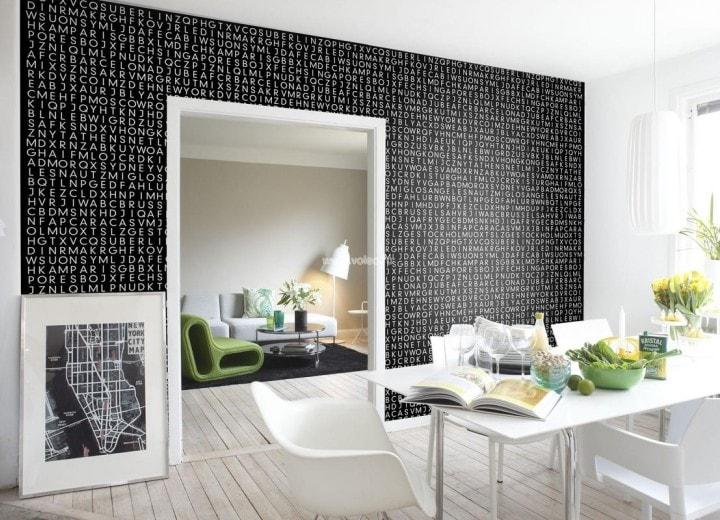 Черная стена с белыми буквами