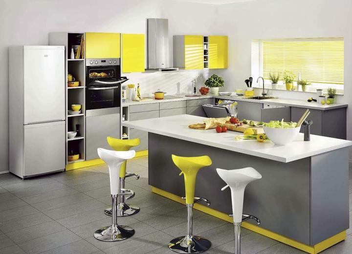 Яркая мебель на серой кухне