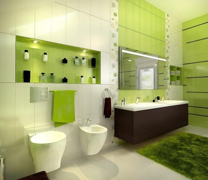Ванная с бело-зеленым кафелем