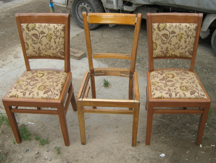 Три старых стула стоят в ряд