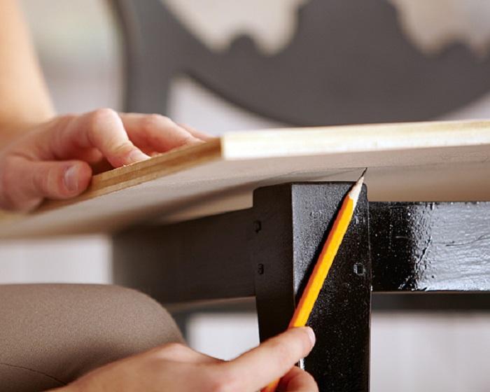 Рисует на фанере простым карандашом