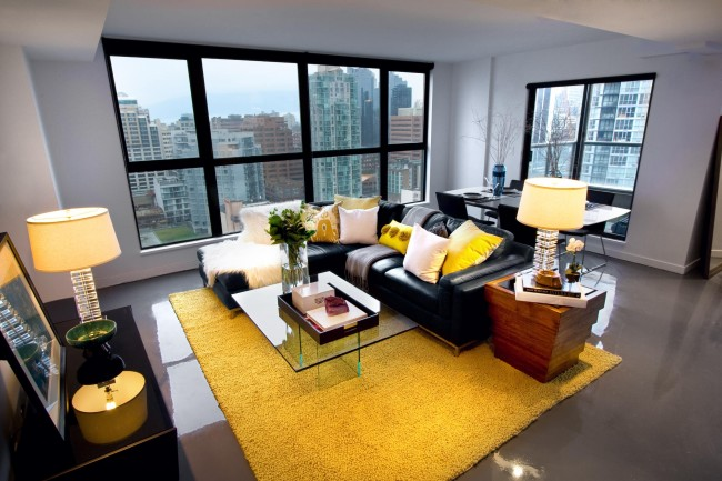Ковер ярко-желтого цвета в современной гостиной