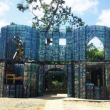 Канадец построил целую деревню, используя в качестве строительного материала пустые бутылки