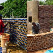 Жители Нигерии строят огнеупорные и пуленепробиваемые дома из пластиковых бутылок