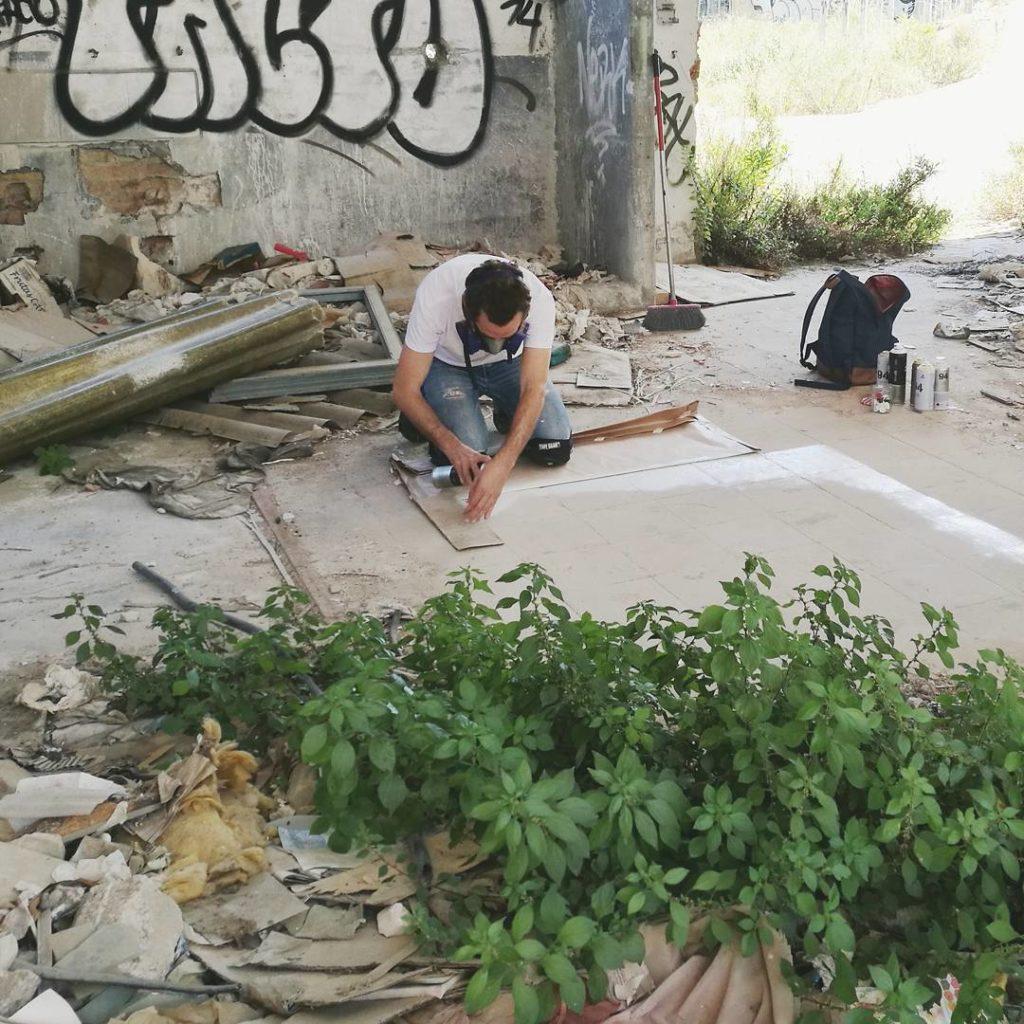 Испанский художник создает уникальные геометрические узоры на полу заброшенных зданий