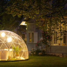 Эффектное прозрачное иглу, которое позволит наслаждаться отдыхом в саду круглый год