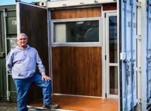 После смерти жены американец перебрался жить в старый контейнер и неплохо его обустроил