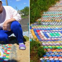 Ярко и практично: дачница декорирует дорожки в своем дворе крышками от пластиковых бутылок