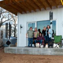 Великолепная восьмерка: друзья построили поселок на берегу реки, чтобы никогда не расставаться