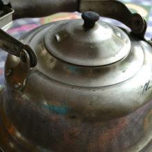 Восхитительные варианты переделки старого чайника в истинный шедевр прикладного искусства