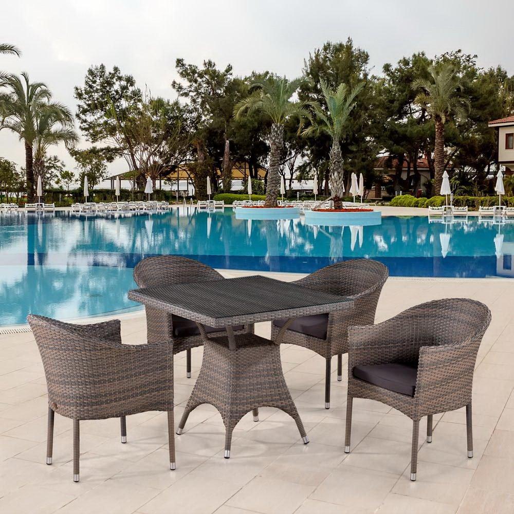 Мебель из ротанга у бассейна